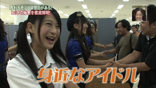 akb48 handshaking fan event