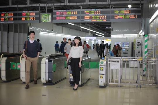 surechigai bijo pass by hot beautiful girl japan street tokyo station