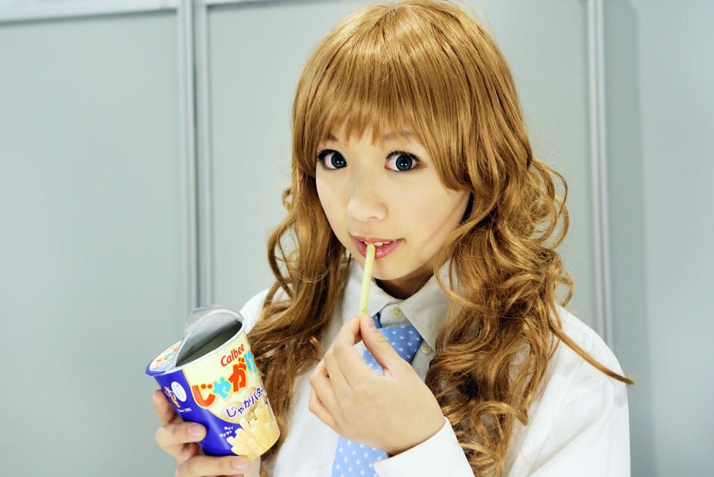 shibahime tsubasa eating jagarico calbee snack
