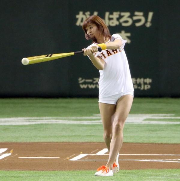 Baseball idol hottie Ami Inamura can swing our bat any